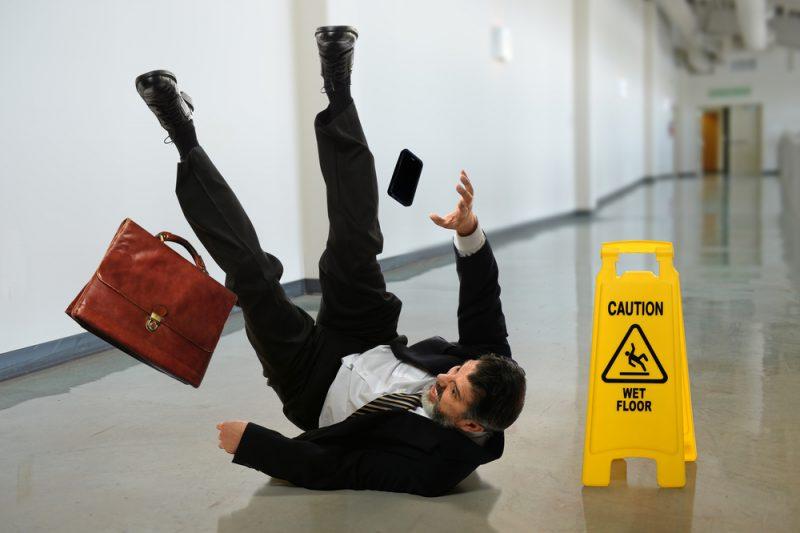 Persona resbalando caída
