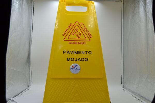 Cartel de suelo mojado